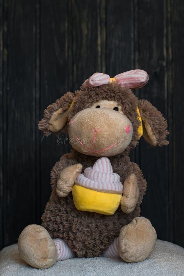 O brinquedo do macaco do luxuoso está sentando-se no descanso branco fotos de stock