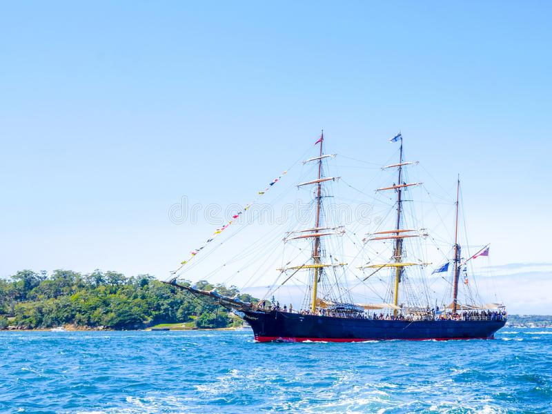 O brique James Craig alto envia a vela no porto de Sydney para a revisão internacional comemorada Sydney 2013 da frota imagens de stock royalty free