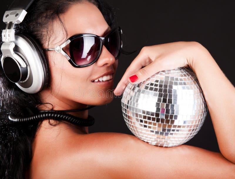 O brunette 'sexy' está levantando com esfera fotografia de stock royalty free