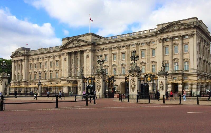 O Buckingham Palace é um de poucos palácios reais de trabalho permanecendo do mundo fotos de stock