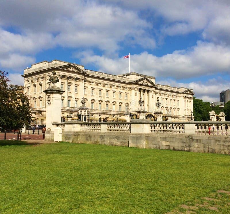 O Buckingham Palace é um de poucos palácios reais de trabalho permanecendo do mundo foto de stock