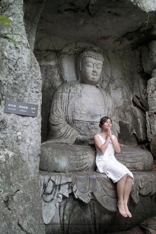 O buddha e a menina imagens de stock