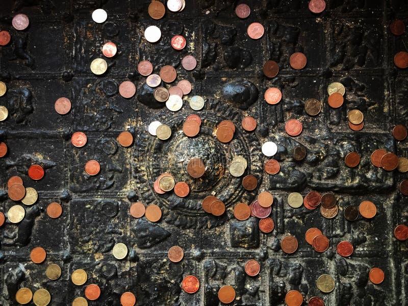 O budista é lugar um a moeda na pegada de buddha fotografia de stock