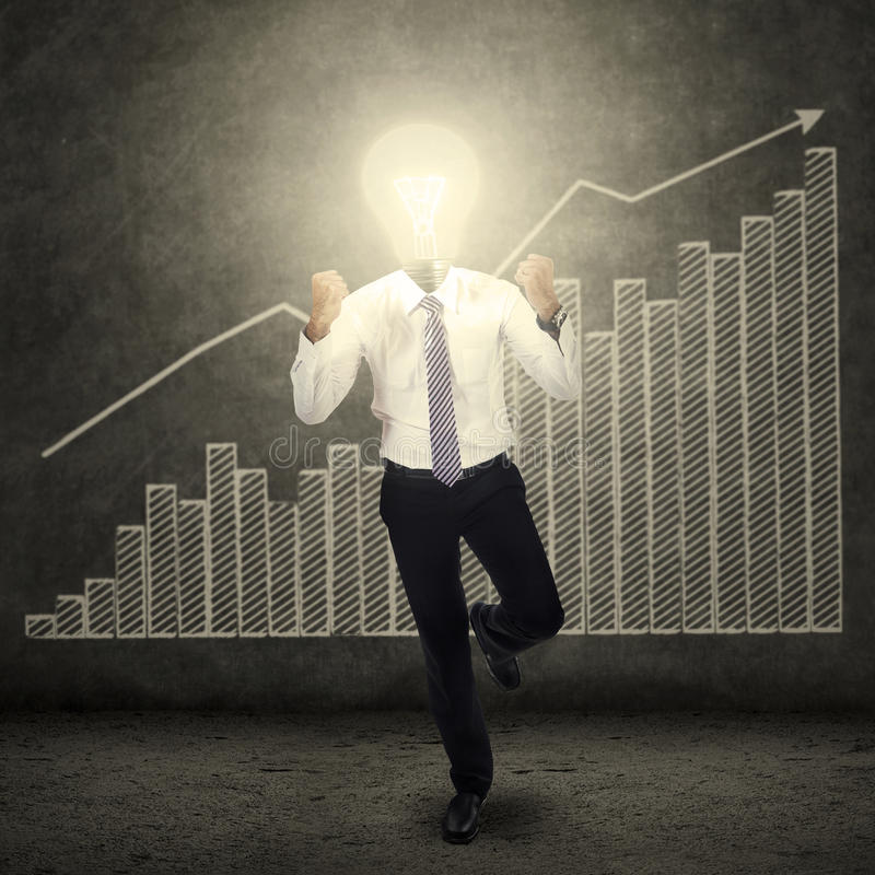 O bulbo bem sucedido dirigiu o homem e o diagrama do negócio imagens de stock