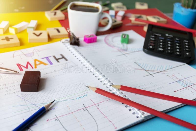 O cálculo da álgebra da matemática da matemática numera o conceito fotos de stock royalty free