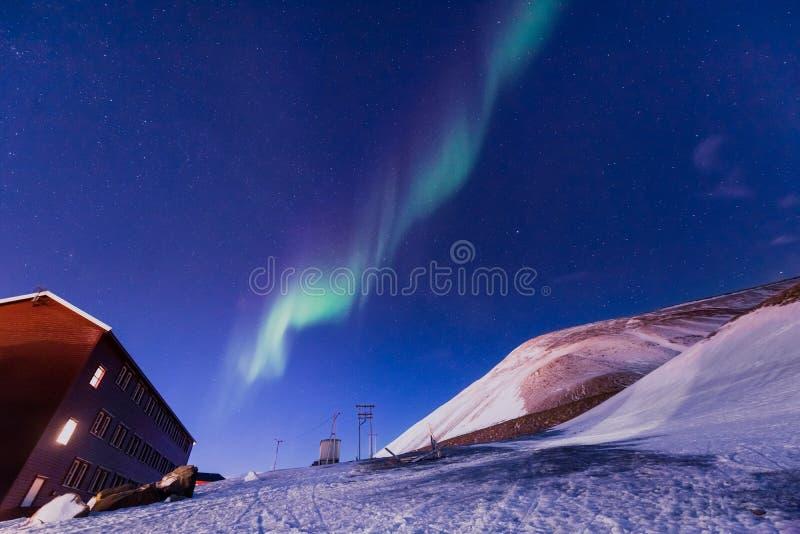 O céu ártico polar do aurora borealis da aurora boreal protagoniza em Noruega Svalbard em montanhas do curso da cidade de Longyea fotos de stock royalty free