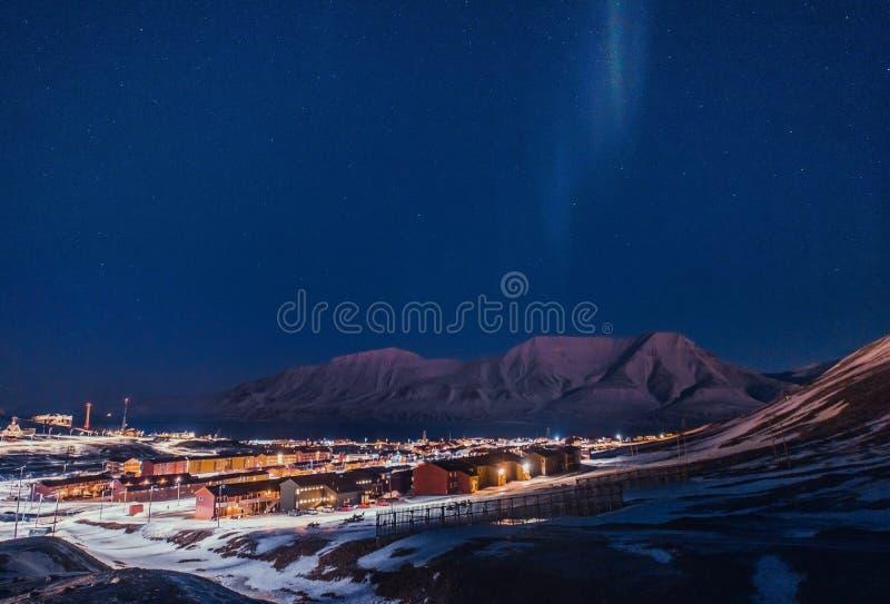 O céu ártico polar do aurora borealis da aurora boreal protagoniza em Noruega Svalbard em montanhas do curso da cidade de Longyea imagens de stock royalty free