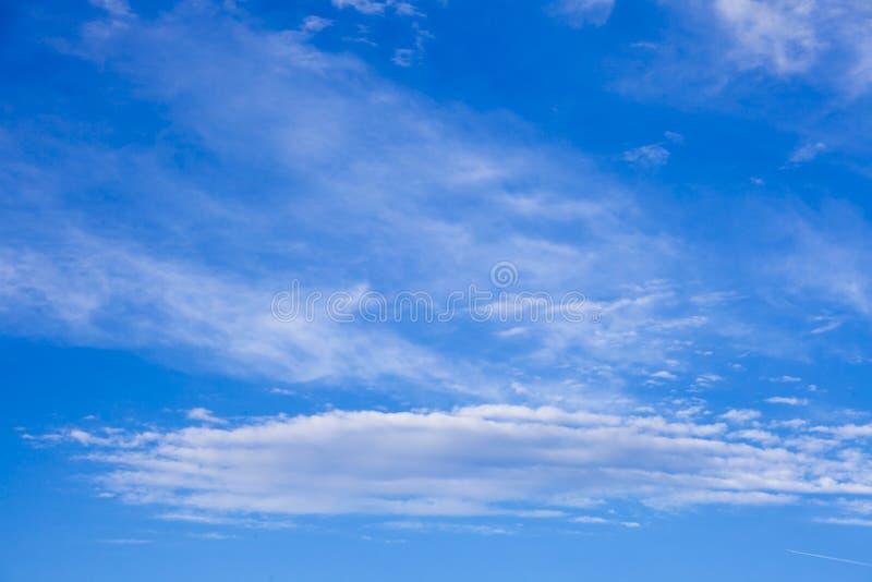 O céu azul bonito com fundo das nuvens Nubla-se o céu azul Céu w imagem de stock royalty free