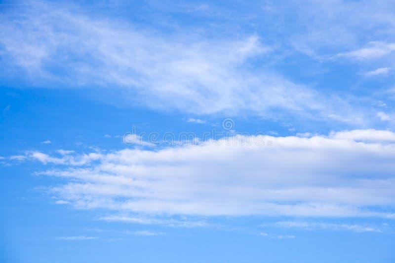 O céu azul bonito com fundo das nuvens Nubla-se o céu azul Céu w foto de stock