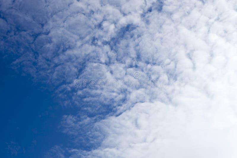 O céu azul bonito com fundo das nuvens Nubla-se o céu azul Céu w fotografia de stock