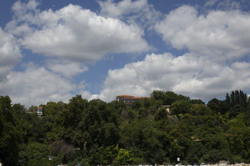 O céu azul com branco macio nubla-se o seacoast de Balchik imagens de stock royalty free