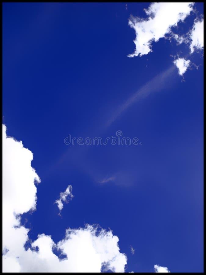O céu azul com branco nubla-se o fundo fotos de stock royalty free