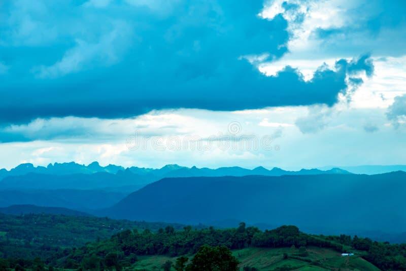 O céu azul com montanha e nubla-se aquele possível à chuva pesada ou imagens de stock