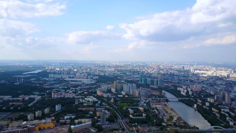 O céu azul com nuvens brancas olha da construção alta Conceito do negócio de Ásia para bens imobiliários e incorporado foto de stock