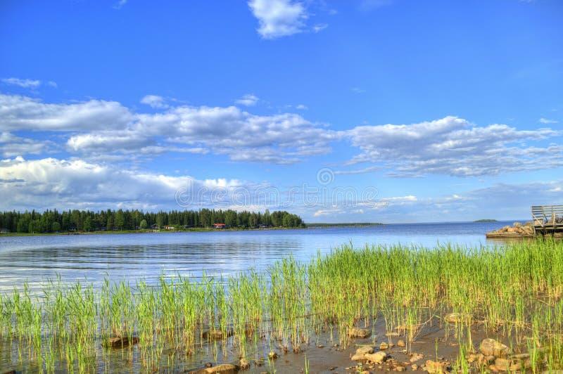 O céu azul da paisagem do verão nubla-se o rio na Suécia fotos de stock royalty free