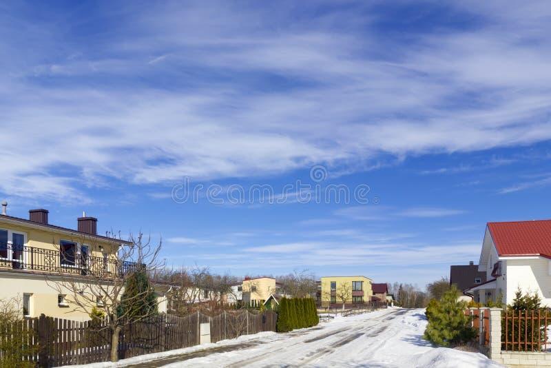 Céu da mola sobre a vila fotos de stock royalty free