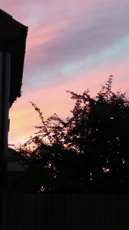 O céu azul disparou com as nuvens roxas e cor-de-rosa foto de stock royalty free
