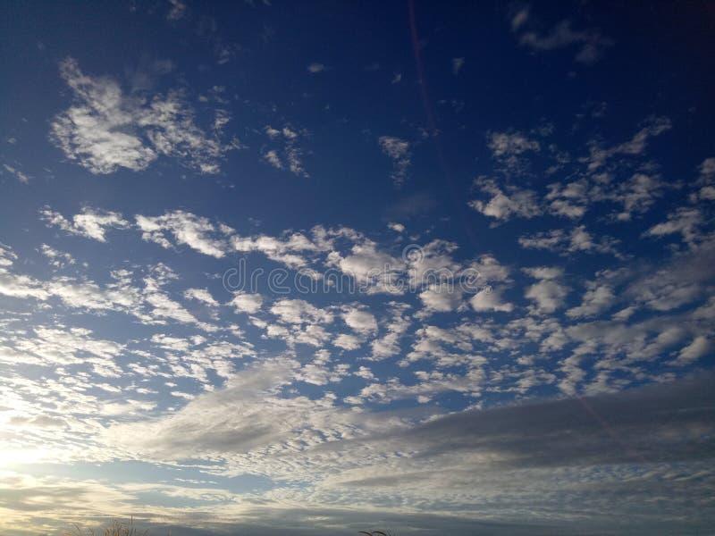 O céu azul e as nuvens de Altocumulus no bonito fotos de stock