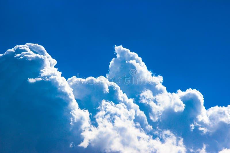 O céu azul e as nuvens, fecham-se acima imagem de stock