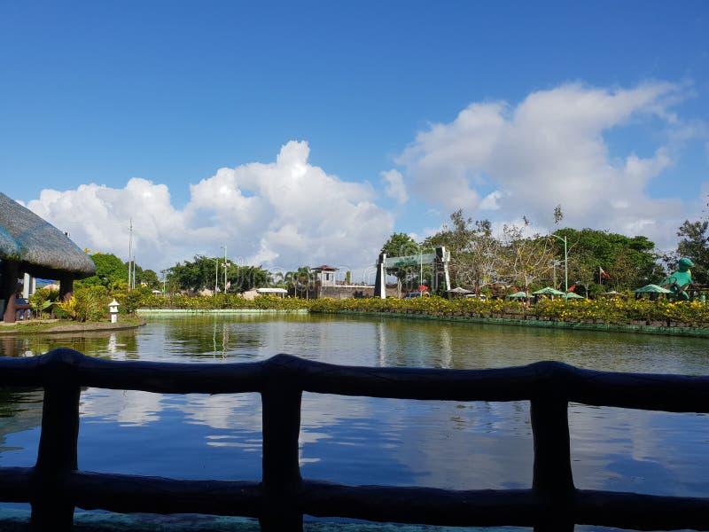 O céu azul nubla-se o parque do lago imagens de stock