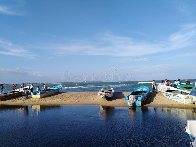O céu azul, o oceano azul e a lagoa pequena em Sri Lanka chamaram como a baía de Arugam imagem de stock