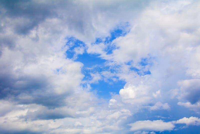 O céu azul vívido com a arte da nuvem da natureza bonita e espaço da cópia para adiciona o texto fotografia de stock royalty free