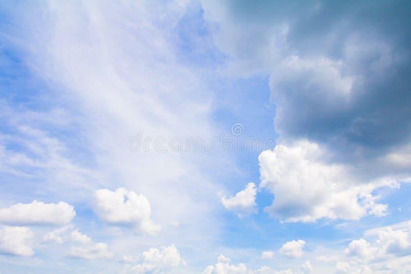 O céu azul vívido com a arte escura da nuvem da natureza bonita e espaço da cópia para adiciona o texto imagens de stock