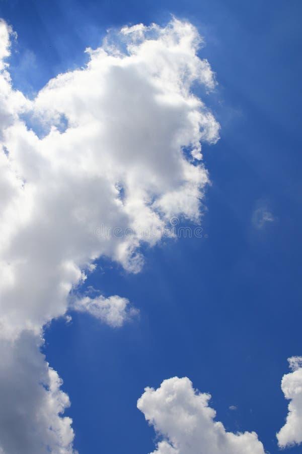O céu azul vívido com nuvem e raincloud, área com Ray da arte clara da natureza bonita e espaço da cópia para adiciona o texto imagem de stock