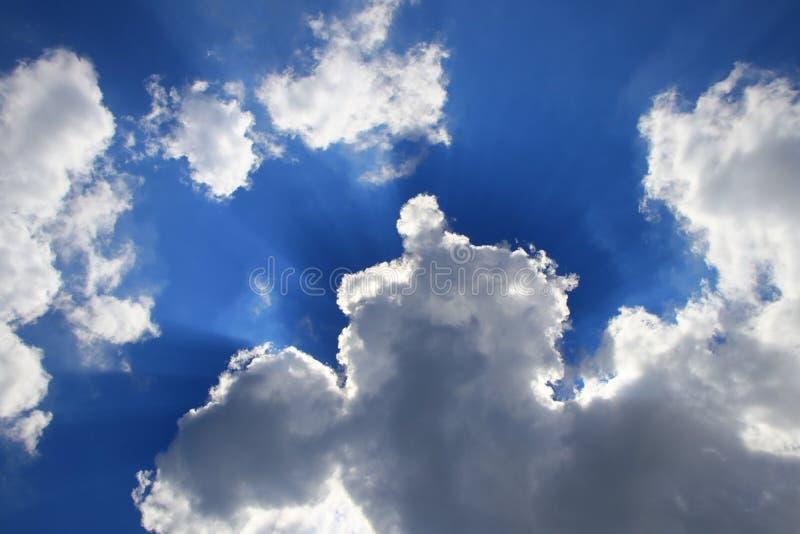 O céu azul vívido com nuvem e raincloud, área com Ray da arte clara da natureza bonita e espaço da cópia para adiciona o texto imagem de stock royalty free