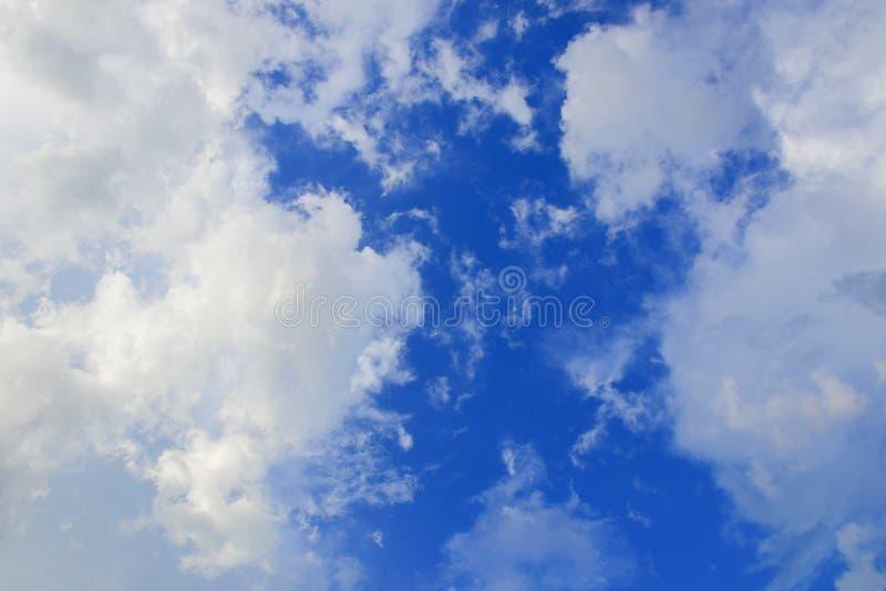 O céu azul vívido com nuvem e raincloud, a arte da natureza bonita e o espaço da cópia para adicionam o texto foto de stock