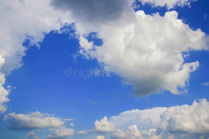 O céu azul vívido com nuvem e raincloud, a arte da natureza bonita e o espaço da cópia para adicionam o texto imagens de stock