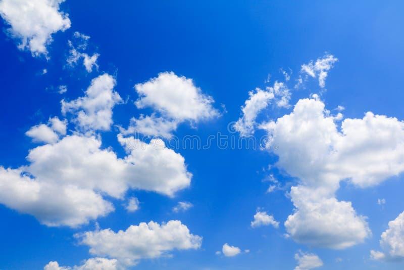 O céu azul vívido com a nuvem na arte do verão da natureza bonita e espaço da cópia para adiciona o texto imagem de stock royalty free