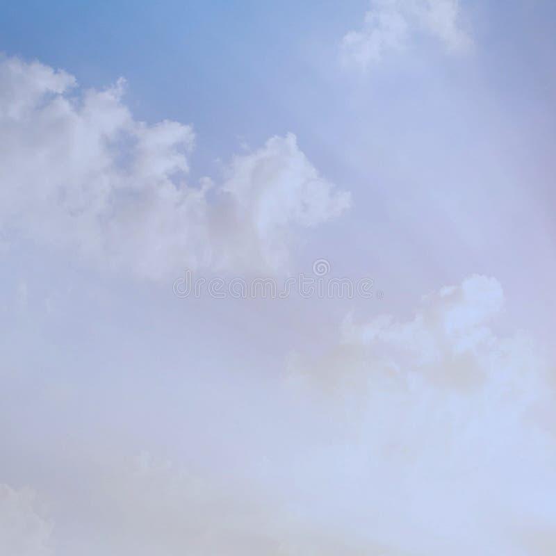 O céu bonito do retrato nubla-se o fundo imagens de stock