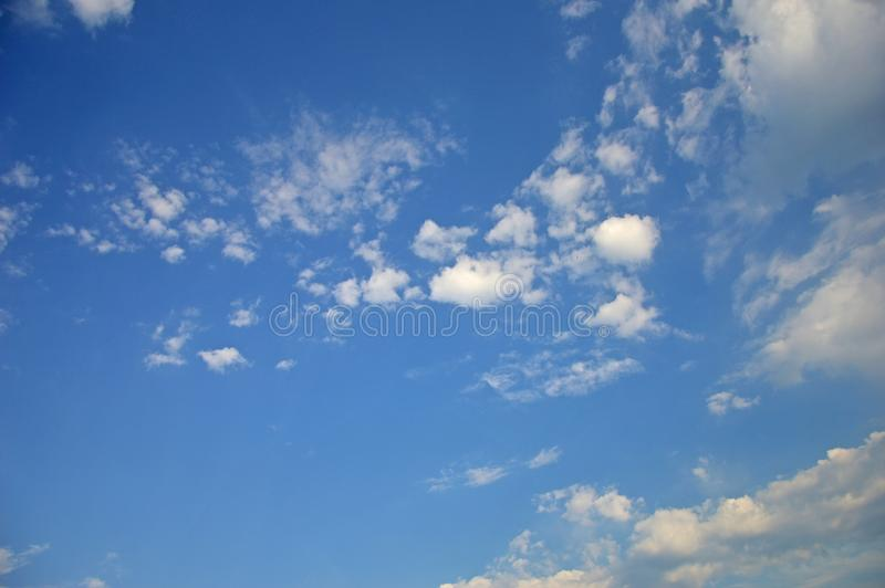 O céu brilhante do verão azul com luz branca nubla-se imagens de stock royalty free