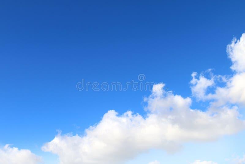 O céu, céu com as nuvens macias grandes, azul-céu nubla-se o fundo, céu da paisagem da nuvem claro fotografia de stock
