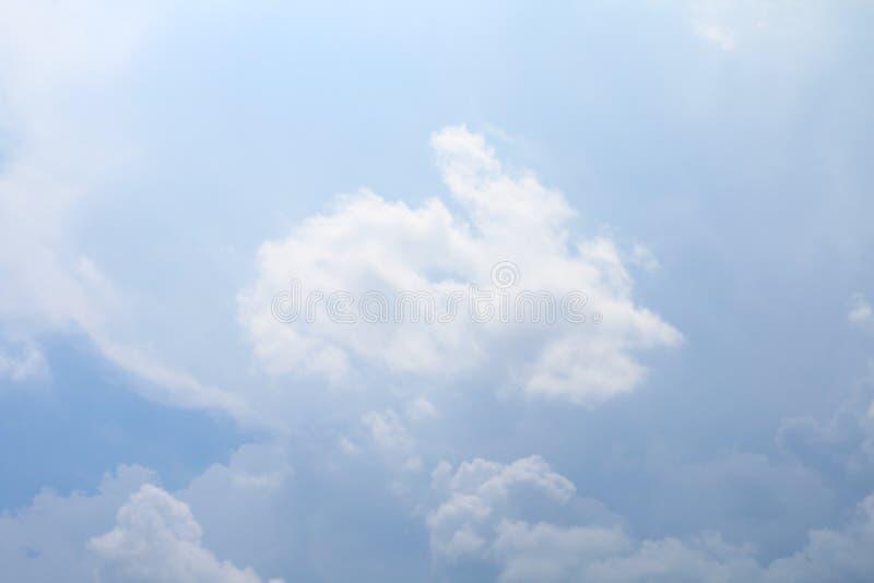 O céu, céu com as nuvens macias grandes, azul-céu nubla-se o fundo, céu do cloudscape claro fotografia de stock