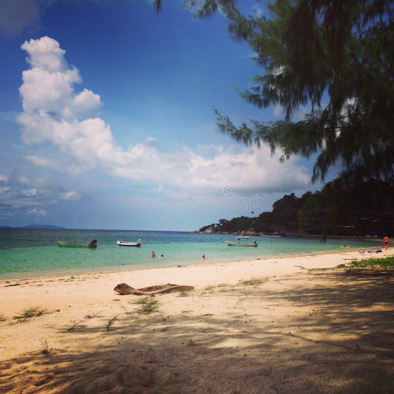 O céu da árvore do mar da areia da praia de Tailândia KoPhangan nubla-se fotografia de stock royalty free