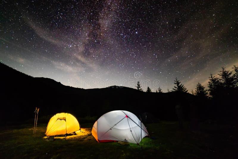 O céu da Via Látea stars sobre o acampamento alto da barraca da montanha foto de stock