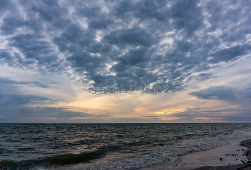 O céu de nivelamento tem nuvens completamente do céu, a luz do sol reflete o Seawater, superfície do mar imagens de stock royalty free