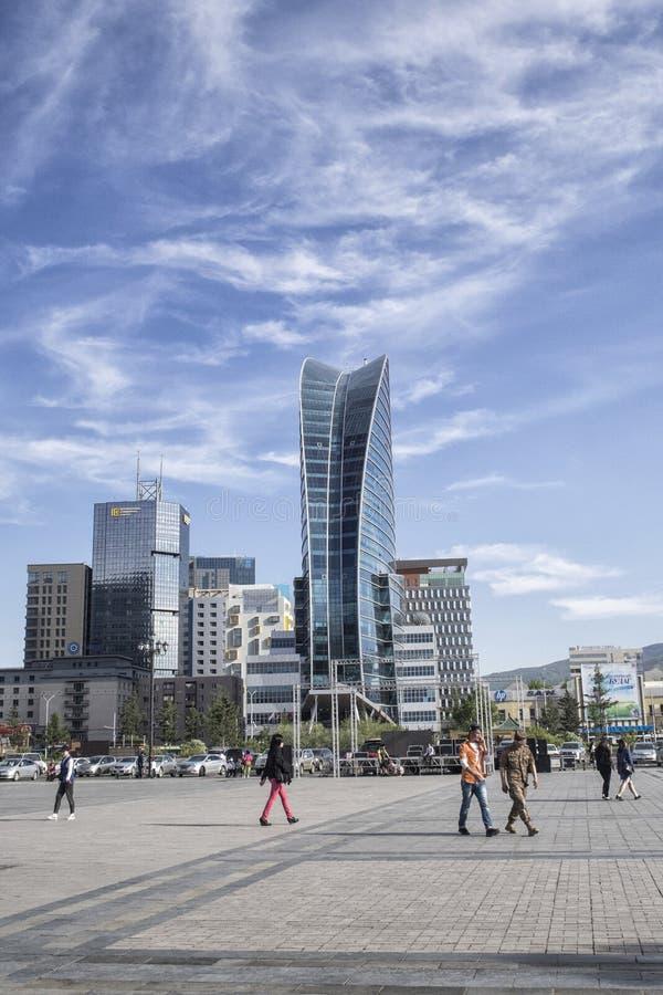 O céu do Bleu, uma construção em Ulaanbaatar em Mongolie imagens de stock