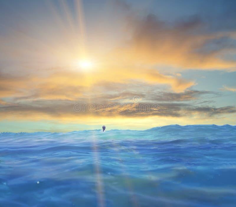 O céu do sol do mar nubla-se cores do por do sol e um nadador foto de stock royalty free