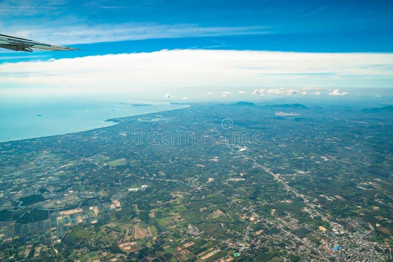 O céu e a área rural da zona média na opinião da terra de Tailândia Representante o país da agricultura fotografia de stock royalty free