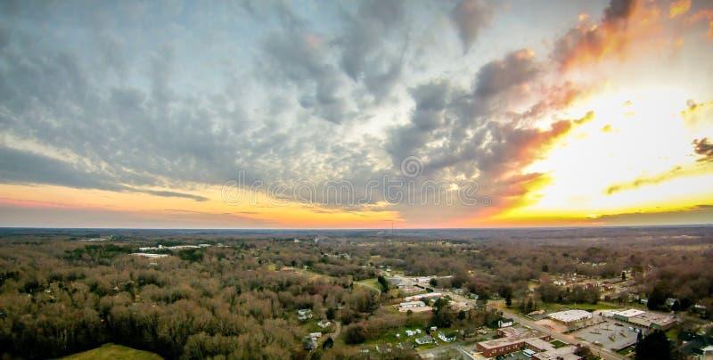 O céu e o por do sol das nuvens ajardinam sobre york South Carolina imagem de stock