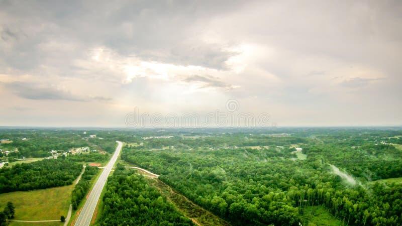 O céu e o por do sol das nuvens ajardinam sobre york South Carolina foto de stock royalty free