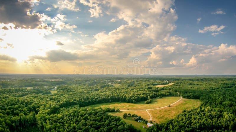 O céu e o por do sol das nuvens ajardinam sobre york South Carolina fotografia de stock