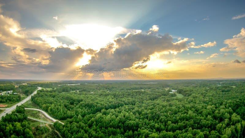 O céu e o por do sol das nuvens ajardinam sobre york South Carolina imagens de stock