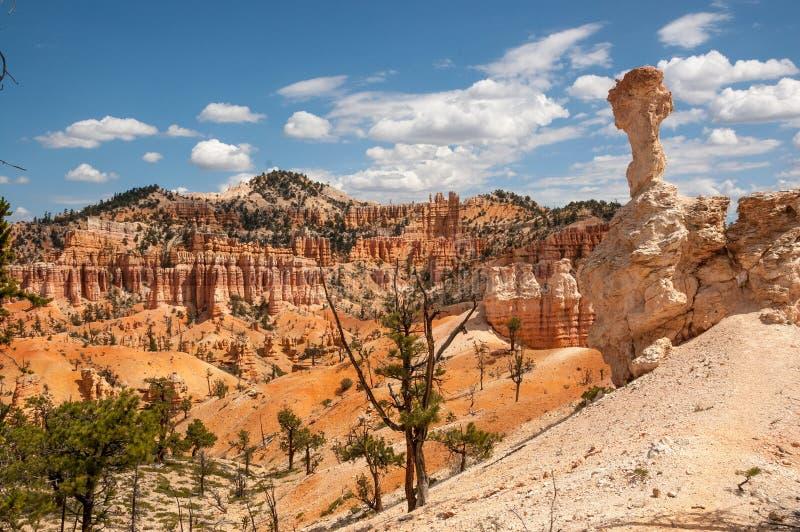 O céu em parte nebuloso joga a máscara e a luz solar, Bryce Canyon, Utá imagem de stock royalty free