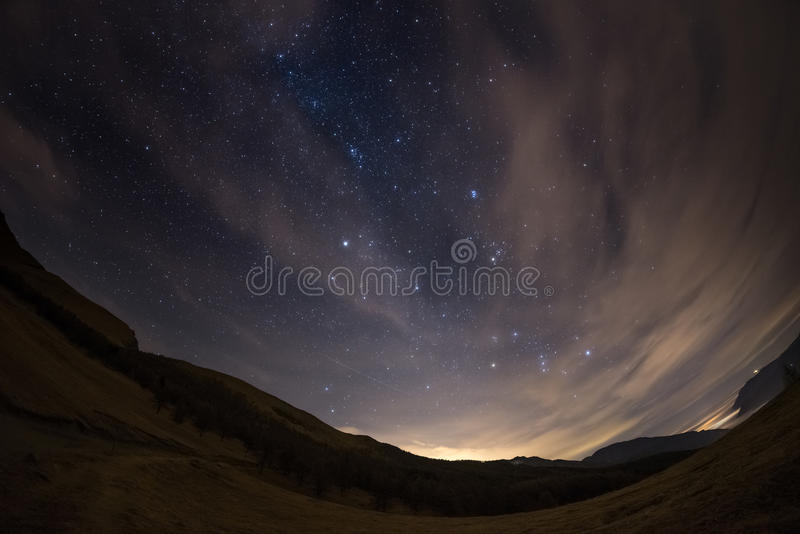 O céu estrelado dos cumes, vistos pela lente de fisheye fotos de stock royalty free