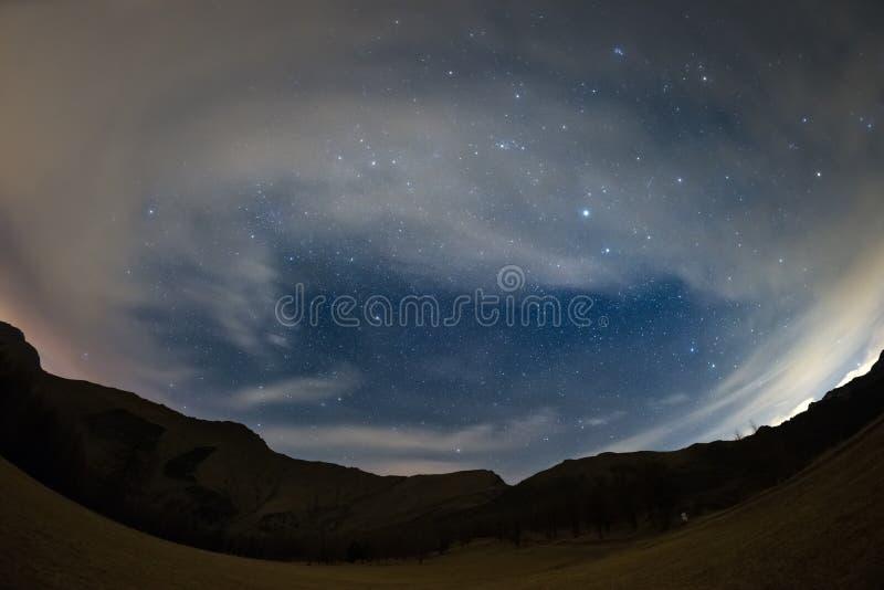 O céu estrelado nos cumes, opinião ultra larga do fisheye fotos de stock royalty free