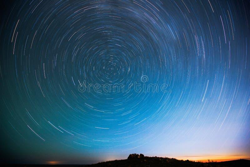 O céu estrelado que rodopia na noite foto de stock